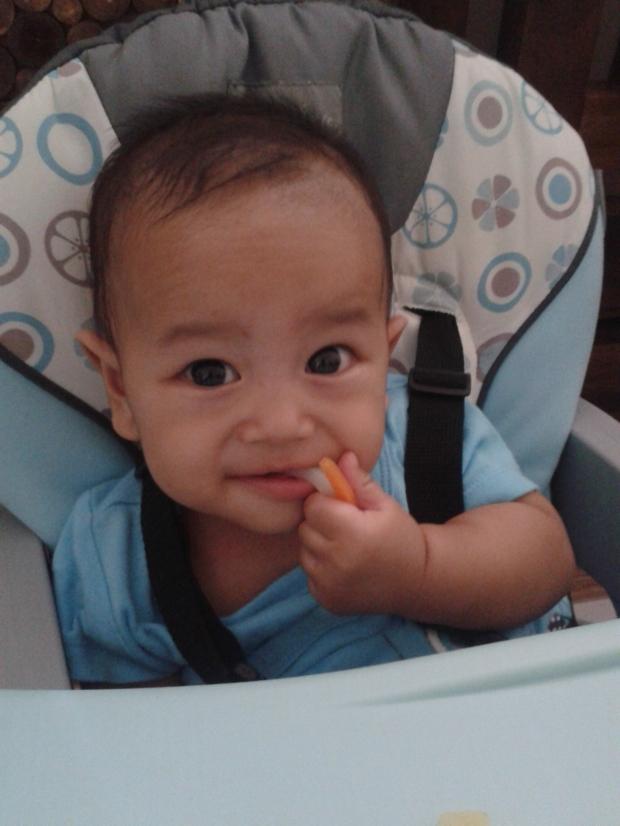 Bastian mulai makan sendiri