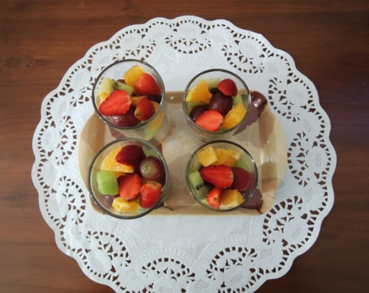 Aawalnya mau langsung ngenalin buah-buahan begini. Tapi baca-baca kalau berries banyak yang alergi. Jadi dipending. Tapi ide memberikan buah dan sayur itu bikin hati saya gembira. Saya senang makan buah juga soalnya dan semoga BAstian pun senang makan buah juga.