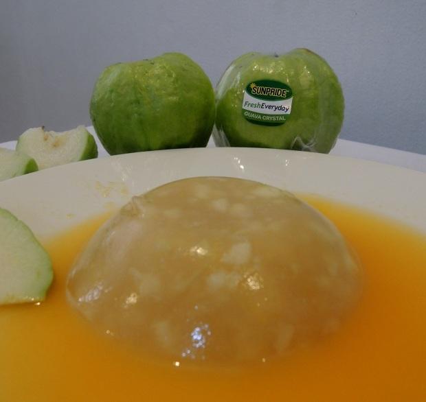 Selain dimakan langsung, Guava Crystal juga bisa diolah lho. Sayang kan kalau anak kita nggak suka makan sayur dan buah padahal manfaatnya luar biasa. Kadang anak-anak bosan kalau buahnya begitu-begitu aja. Sebagai ibu jangan mau berputus asa. Mengingat pentingnya buah dan sayur, maka kita yang mesti cari akal buat mengolah makanan yang bisa bikin anak kita jadi tertarik makan buah. Guava Crystal bisa dibikin pudding begini ;)