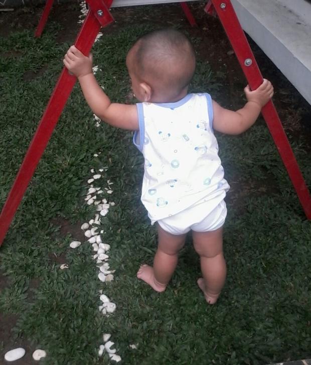 BabyBoy yang udah mulai rambatan alias belajar berdiri dan jalan :*