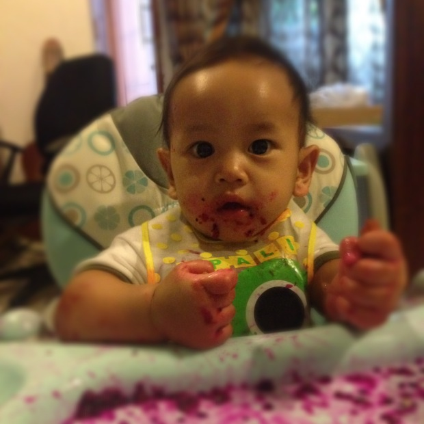 #BabyBoy makan buah Naga sendiri. Belepetan! Tapi seru liatinnya. BLW emang bikin anak mandiri makan :D
