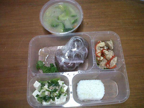 Diet ketat. Makan secuprit banget. Kadang nasinya aja nggak dimakan karena takut gendud dari karbao. Padahal kita tetap butuh karbo dengan porsi yang tepat.