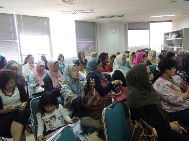 Ibu-ibu yang hadir antusias banget dengerin Iman Usma, banyak yang nanya-nanya juga ^_^