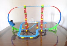 Kereta api lengkap dengan satu set rel dapat menjadi kado ulang tahun buat anak-anak yang akan dikenang